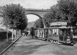 Premier tramway électrique à Clermont-Ferrand en 1890. Source : http://data.abuledu.org/URI/565583bb-1890-premier-tramway-electrique-a-clermont-ferrand-avenue-de-royat-