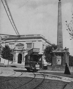 Premier tramway électrique à Clermont-Ferrand en 1890. Source : http://data.abuledu.org/URI/56558c09-1890-premier-tramway-electrique-a-clermont-ferrand-la-pyramide-
