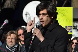 Aaron Swartz à une manifestion en 2012. Source : http://data.abuledu.org/URI/53e20f08-aaron-swartz-a-une-manifestion-en-2012