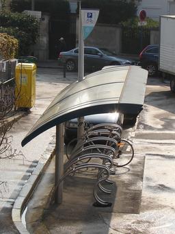 Abri public SNCF pour vélos. Source : http://data.abuledu.org/URI/53b193e0-abri-public-sncf-pour-velos