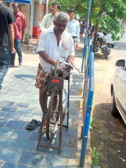 Affûtage de ciseaux en Inde. Source : http://data.abuledu.org/URI/532f045e-affutage-de-ciseaux-en-inde