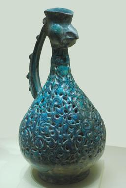 Aiguière à tête de coq. Source : http://data.abuledu.org/URI/51ef068d-aiguiere-a-tete-de-coq