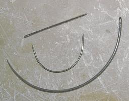 Aiguilles à coudre de voilier. Source : http://data.abuledu.org/URI/51d9d6cf-aiguilles-a-coudre-de-voilier