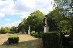 Alignement de dix statues. Source : http://data.abuledu.org/URI/50463ad9-alignement-de-dix-statues