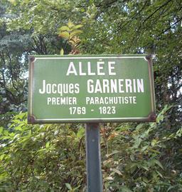 Allée Jacques Garnerin, Parc Monceau, Paris 8. Source : http://data.abuledu.org/URI/5399c32a-allee-jacques-garnerin-parc-monceau-paris-8