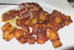 Alloco et saucisses grillées à Abidjan. Source : http://data.abuledu.org/URI/536bb1c8-alloco-et-saucisses-grillees-a-abidjan