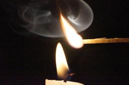 Allumette et bougie allumées. Source : http://data.abuledu.org/URI/5311e3fc-allumette-et-bougie-allumees