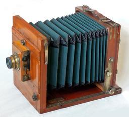 Ancien appareil photographique. Source : http://data.abuledu.org/URI/5432aebb-ancien-appareil-photographique
