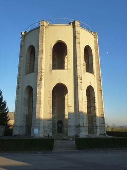 Ancien château d'eau de Forges en Seine-et-Marne. Source : http://data.abuledu.org/URI/53dfa0a5-ancien-chateau-d-eau-de-forges-en-seine-et-marne