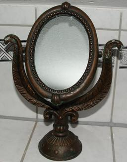 Ancien miroir de maquillage. Source : http://data.abuledu.org/URI/5394c9c6-ancien-miroir-de-maquillage
