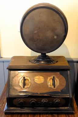Ancien poste de radio. Source : http://data.abuledu.org/URI/5501aef9-ancien-poste-de-radio-