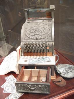 Ancienne caisse enregistreuse à tiroirs. Source : http://data.abuledu.org/URI/5369e9ff-ancienne-caisse-enregistreuse-a-tiroirs