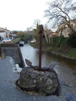 Ancre en bordure du Saucats à Isle-Saint-Georges. Source : http://data.abuledu.org/URI/5827ec33-ancre-en-bordure-du-saucats-a-isle-saint-georges