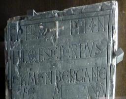 Angers, épitaphe d'Ermanbergane. Source : http://data.abuledu.org/URI/562ffe74-angers-epitaphe-d-ermanbergane