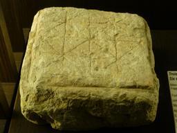 Angers, Jeu de mérelle médiéval. Source : http://data.abuledu.org/URI/562ffaff-angers-jeu-de-merelle-medieval