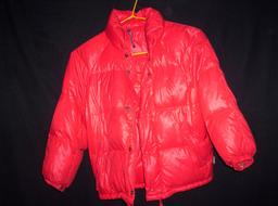 Anorak rouge. Source : http://data.abuledu.org/URI/50fc1f68-anorak-rouge