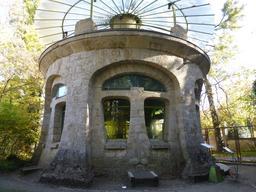 Aquarium dans le jardin du musée de l'école de Nancy. Source : http://data.abuledu.org/URI/5818fcee-aquarium-dans-le-jardin-du-musee-de-l-ecole-de-nancy