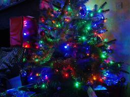 Arbre de Noël illuminé. Source : http://data.abuledu.org/URI/5853142b-arbre-de-noel-illumine
