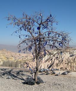 Arbre votif en Cappadoce. Source : http://data.abuledu.org/URI/52992dce-arbre-votif-en-cappadoce