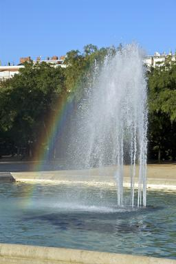 Arc en ciel dans une fontaine. Source : http://data.abuledu.org/URI/53e330b1-arc-en-ciel-dans-une-fontaine