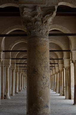 Arcades symétriques de la mosquée de Kairouan. Source : http://data.abuledu.org/URI/52ce6535-arcades-symetriques-de-la-mosquee-de-kairouan