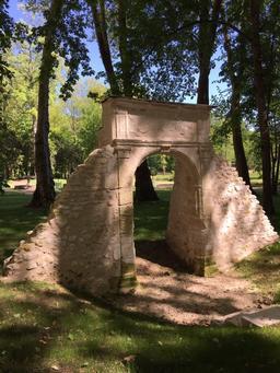 Arche de 1496 dans le parc de Château-Gaillard à Amboise. Source : http://data.abuledu.org/URI/56bed0f1-arche-de-1496-dans-le-parc-de-chateau-gaillard-a-amboise