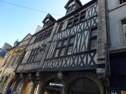 Architecture médiévale à Dijon. Source : http://data.abuledu.org/URI/59262821-architecture-medievale-a-dijon