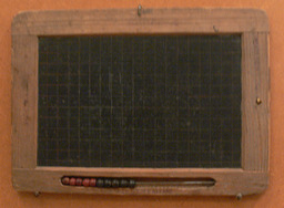 ardoise quadrillée. Source : http://data.abuledu.org/URI/501dc630-ardoise-quadrillee