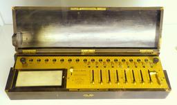 Arithmomètre de Charles Xavier Thomas vers 1820. Source : http://data.abuledu.org/URI/56f9974b-arithmometre-de-charles-xavier-thomas-vers-1820