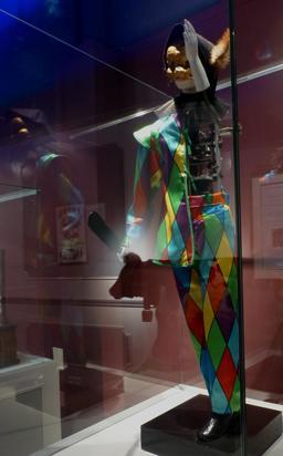 Arlequin au musée des automates. Source : http://data.abuledu.org/URI/58220e0b-arlequin-au-musee-des-automates