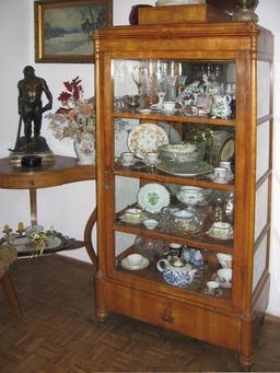 Armoire vitrine avec bibelots de porcelaine. Source : http://data.abuledu.org/URI/5312fb7a-armoire-vitrine-avec-bibelots-de-porcelaine