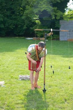 Arpenteur romain et groma. Source : http://data.abuledu.org/URI/54b57337-arpenteur-romain-et-groma