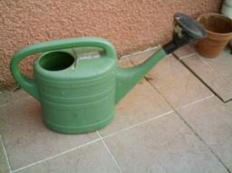 Arrosoir en plastique vert. Source : http://data.abuledu.org/URI/51d9a827-arrosoir-en-plastique-vert