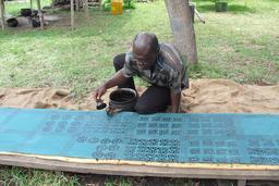Artiste au travail au Ghana. Source : http://data.abuledu.org/URI/530cb41a-artiste-au-travail-au-ghana