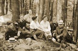 Artistes américains dans les bois de Mont Kisco en 1912. Source : http://data.abuledu.org/URI/585f61b6-artistes-americains-dans-les-bois-de-mont-kisco-en-1912