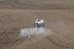 Aspersion de pesticides dans un champ. Source : http://data.abuledu.org/URI/56c8895d-aspersion-de-pesticides-dans-un-champ