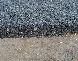 Asphalte noir. Source : http://data.abuledu.org/URI/50437a6b-asphalte-noir