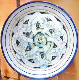 Assiette aux serpents en faïence de Locmaria.. Source : http://data.abuledu.org/URI/58586441-assiette-aux-serpents-en-faience-de-locmaria-