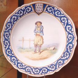 Assiette de chiffonnier breton en faïence de Locmaria. Source : http://data.abuledu.org/URI/585864b6-assiette-de-chiffonnier-breton-en-faience-de-locmaria
