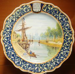 Assiette en faïence de Locmaria du port de Quimper. Source : http://data.abuledu.org/URI/585863a8-assiette-en-faience-de-locmaria-du-port-de-quimper
