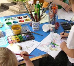 Atelier de peinture pour enfants. Source : http://data.abuledu.org/URI/53866fd5-atelier-de-peinture-pour-enfants