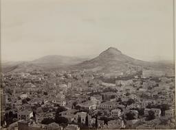 Athènes et le Lycabette en 1865. Source : http://data.abuledu.org/URI/5946a7be-athenes-et-le-lycabette-en-1865