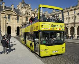 Autobus à impériale au Louvre. Source : http://data.abuledu.org/URI/53e3a048-autobus-a-imperiale-au-louvre