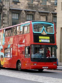 Autobus publicitaire dans les rues d'Édimbourg. Source : http://data.abuledu.org/URI/55df1ec7-autobus-publicitaire-dans-les-rues-d-edimbourg