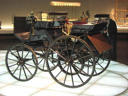 Automobile Daimler de 1886. Source : http://data.abuledu.org/URI/5288b3b7-automobile-daimler-de-1886