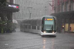 Averse de pluie en ville. Source : http://data.abuledu.org/URI/5232c64b-averse-de-pluie-en-ville