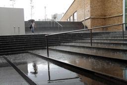 Averse de pluie en ville. Source : http://data.abuledu.org/URI/5232ceaf-averse-de-pluie-en-ville