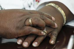 Bagues en or à l'annulaire. Source : http://data.abuledu.org/URI/531359c4-bagues-en-or-a-l-annulaire