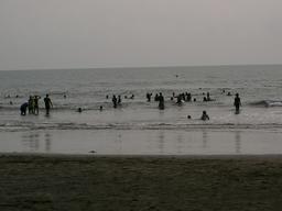 Baignade dans l'océan au Cameroun. Source : http://data.abuledu.org/URI/56b6cad9-baignade-dans-l-ocean-au-cameroun