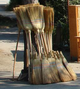 Balais à vendre. Source : http://data.abuledu.org/URI/53136476-balais-a-vendre